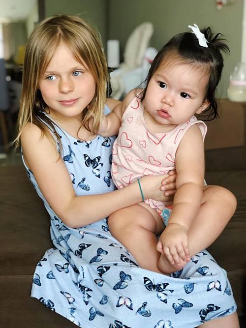 Bé Myla - con gái siêu mẫu Hà Anh - bên chị Chloe.
