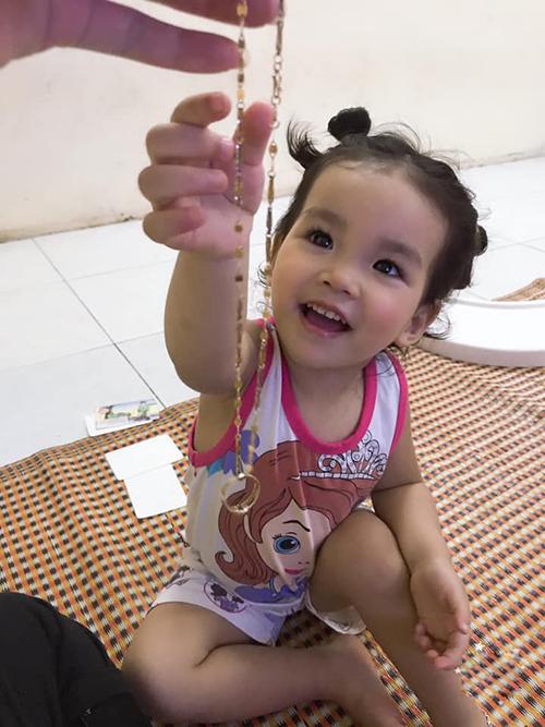 Chiếc nhẫn cuối cùng đã chịu ra ngoài sau 2 ngày nằm trong bụng bé Vy Lam.