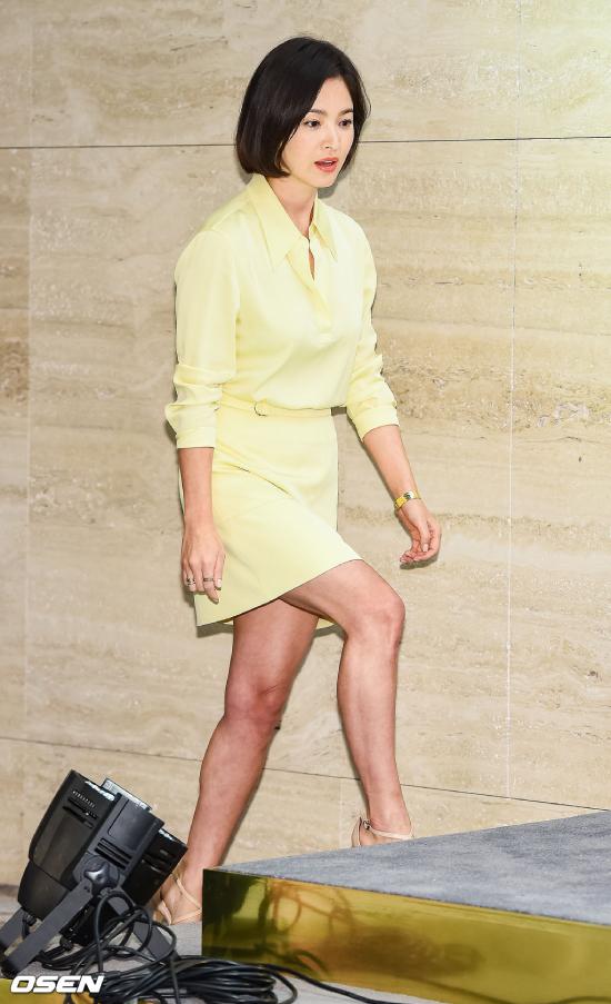 Song Hye Kyo dự sự kiện của một thương hiệu kính mắt hôm 20/4 tại  Jung-gu, Seoul. Nữ diễn viên mặc trang phục thanh lịch, màu sắc nhã nhặn, tóc ngắn trông càng trẻ trung. Ở tuổi 37, ngôi sao Hàn thực sự trẻ hơn rất nhiều so với tuổi thực.