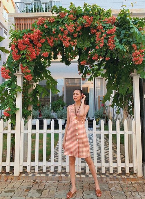 Tăng Thanh Hà chụp ảnh trước cổng hoa nhà một người bạn ở Hà Nội. Ứớc gì nhà mình vànhà ấy ở gần nhau hơn, bà mẹ hai con chia sẻ.