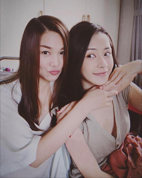 Chi Pu đăng ảnh chụp cùng đàn chị. Cả hai trông không có nhiều cách biệt về tuổi tácdù Thanh Hằng sinh năm 1983 còn Chi Pu sinh năm 1993.