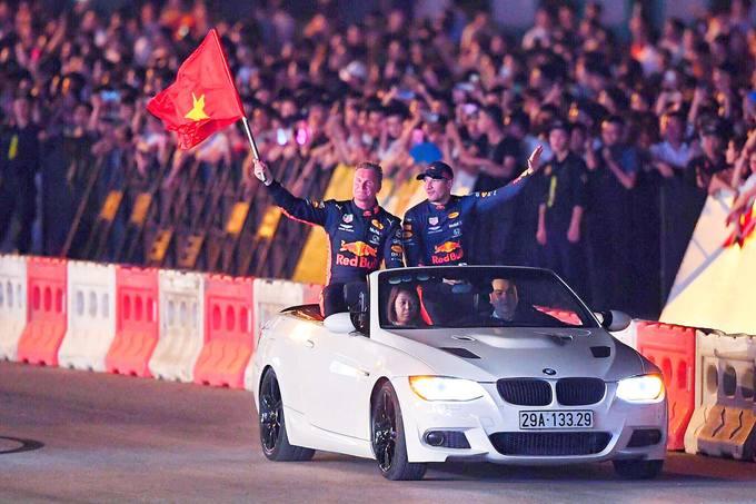 Huyền thoại F1 chạy thử xe ở Hà Nội
