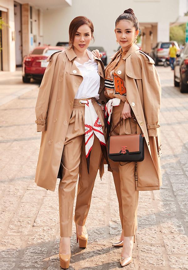 Phương Lê và Ngân Anh sành điệu với set đồ hàng hiệu màu nâu. Hai người đẹp rủ nhau đi dạo, chụp ảnh ở trung tâm Sài Gòn sau đótham dự một sự kiện thời trang.