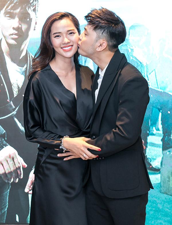 Nam ca sĩ tình cảm đặt tay lên bụng bầu của vợ và hôn má cô. Anh rất hạnh phúc vì gia đình sắp có thêm một thành viên nữa.
