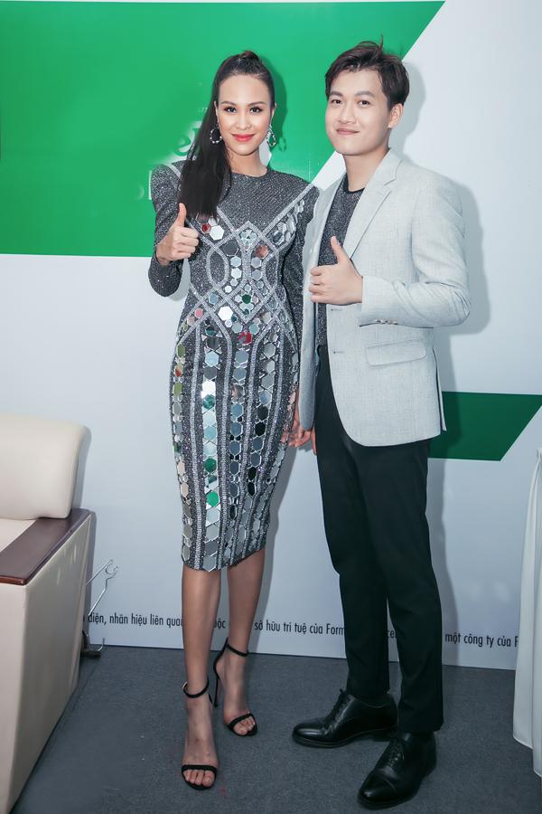 Phương Mai diện váy đính kết đá tỉ mỉ của NTK Chung Thanh Phong khi cùng MC Trần Ngọc dẫn chương trình Khởi động F1 Việt Nam Grand Prix, nằm trong chuỗi sự kiện giới thiệu xe đua F1 vào tối qua (20/4) tại sân vận động Mỹ Đình.