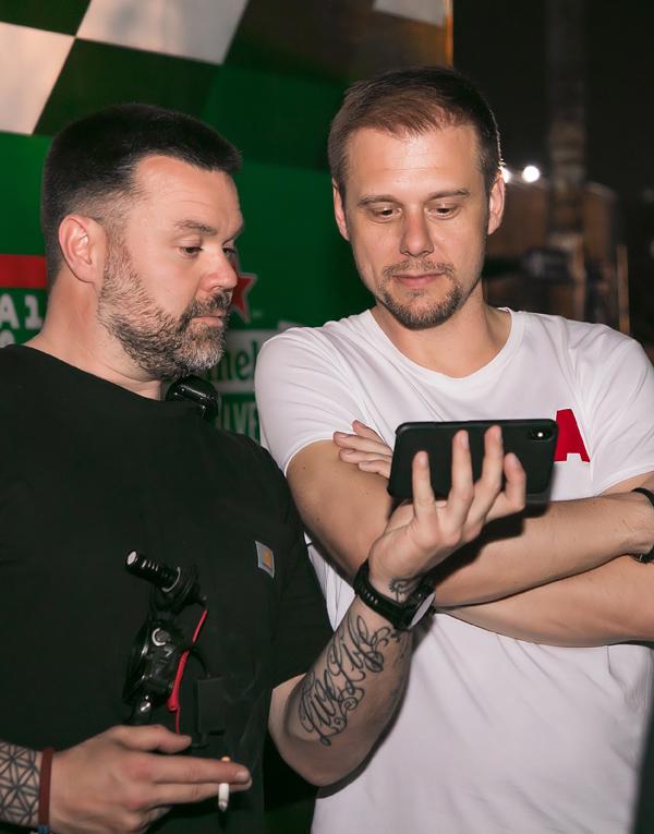 DJ nổi tiếng Armin Van Buuren (phải) trở lại Hà Nội biểu diễn cho sự kiện tối qua.