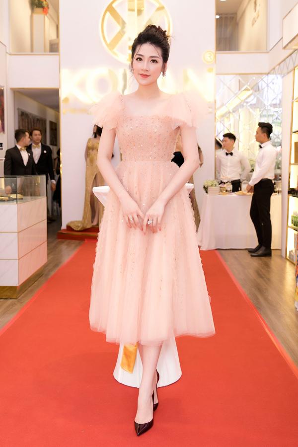 Từ khi tái xuất làng giải trí, Tú Anh liên tục được mời tham gia các sự kiện ở cả Hà Nội và Sài Gòn. Hôm qua (20/4), cô làm khách mời trong event ra mắt của một nhãn hàng tại TP HCM. Á hậu diện váy bồng bềnh như công chúa, khoe nhan sắc trẻ trung dù đã là gái một con.