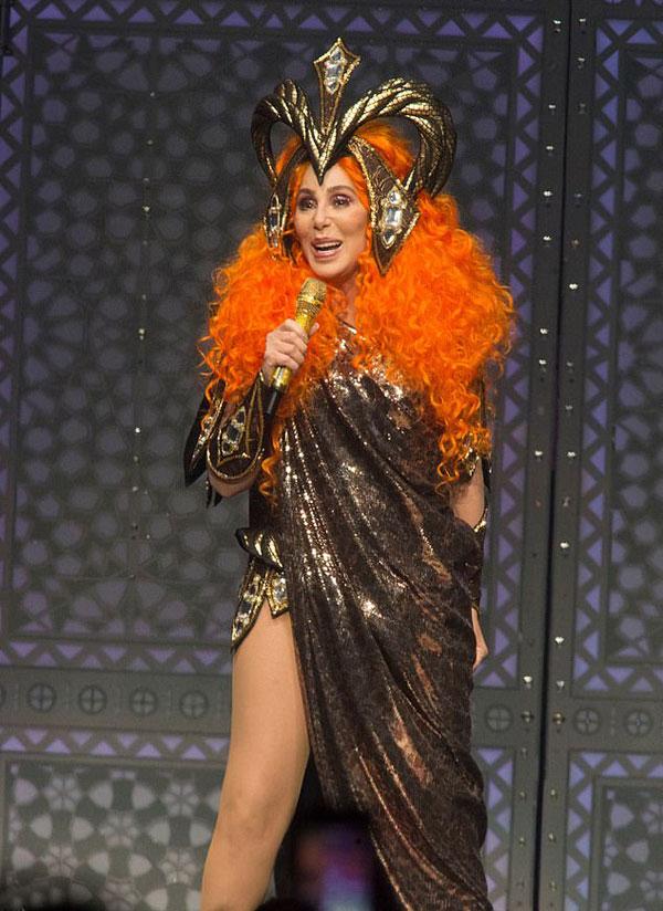 Cher diện váy xẻ cao trình diễn trong đêm nhạc ở Philadelphia ngày 20/4.