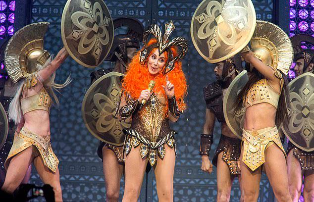 Ngôi sao tuổi thất thập mặc bộ đồ chiến binh biểu diễn cùng các vũ công trẻ. Từ những năm 1970, 1980, Cher đã theo đuổi phong cách thời trang sexy, trở thành biểu tượng sau này.
