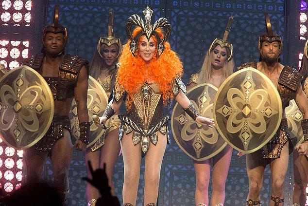 Sau hơn 50 năm cống hiến cho sự nghiệp âm nhạc, Cher vẫn giữ nguyên nhiệt huyết và niềm đam mê cháy bỏng với nghề. Năm ngoái, bà từng có màn thể hiện ấn tượng trong phim ca nhạc Mamma Mia phần 2.