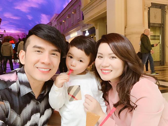 Đan Trường đăng ảnhhạnh phúc bên bà xã Thủy Tiên và con trai Thiên Từ kỷ niệm 6 năm ngày cưới.