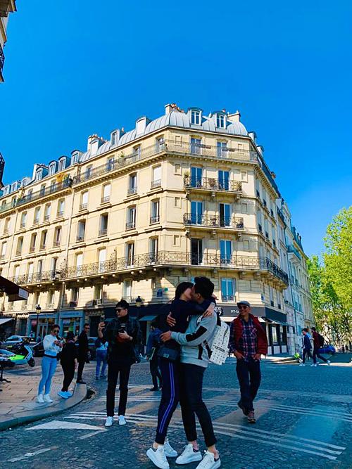 Hari Won đăng tải những bức ảnhhạnh phúc của cô và ông xã Trấn Thành trên trang cá nhân. Cặp đôi đang có chuyến lưu diễn tại Pháp cùng nhiều nghệ sĩ khác. Trong ảnh, ca sĩ Trịnh Thăng Bình loay hoay tự selfie một mình.