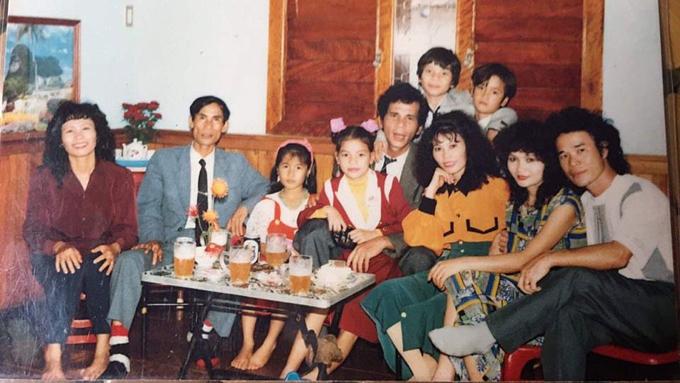 Hình ảnh đại gia đình của Hồ Ngọc Hà gần 30 năm về trước được một người bạn gửi tặng.