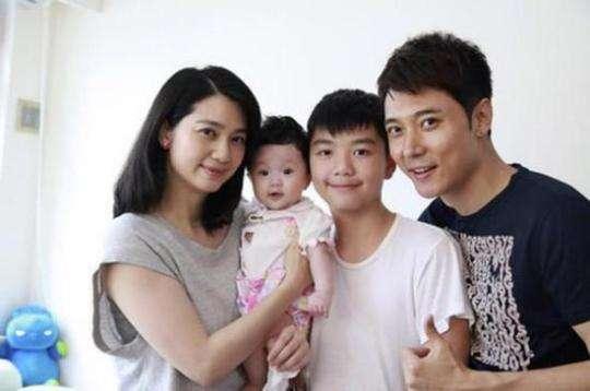 Gia đình Hồng Hân - Đan Phong và hai con.
