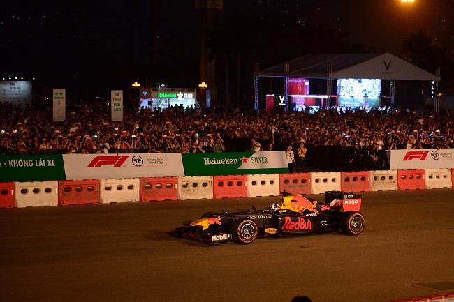 Khán giả Hà Nội lần đầu tiên trải nghiệm trình diễn xe đua F1
