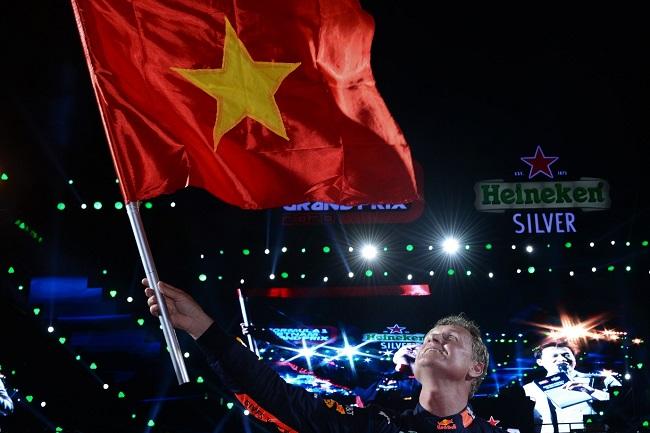 Khán giả Hà Nội lần đầu tiên trải nghiệm trình diễn xe đua F1 - 2