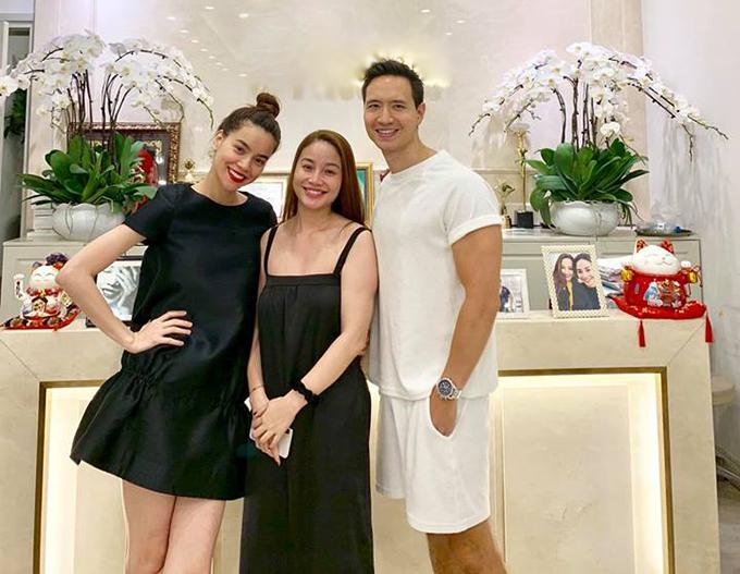 Kim Lý - Hồ Ngọc Hà tươi rói khi pose hình cùng một người em thân thiết.