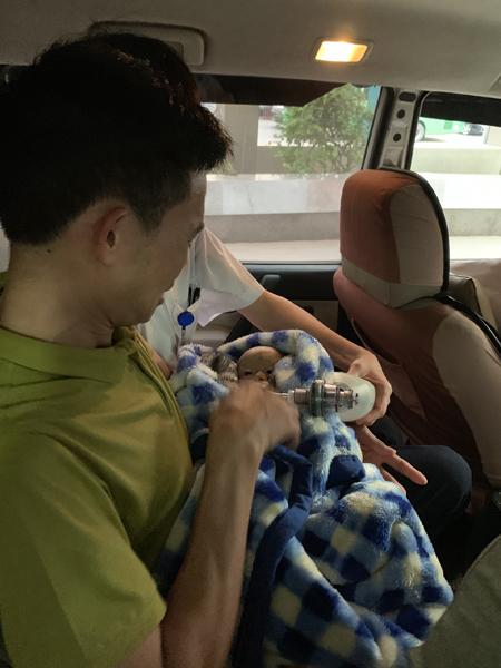 Anh Vì Văn Nam bế bé Lực khi đưa bé về nhà chiều tối 20/4. Ảnh: Facebook Đặng Như Quỳnh.