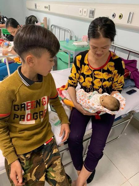 Vì Quyết Chiến thăm mẹ và em trai 2 tháng tuổi ở bệnh viện Nhi Trung ương hôm 26/3. Ảnh: BV Nhi TW.