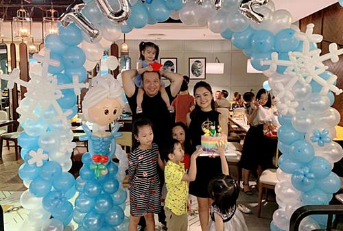 Phạm Quỳnh Anh - Quang Huy vui vẻ bên hai con gái trong tiệc sinh nhật dù đã ly hôn.