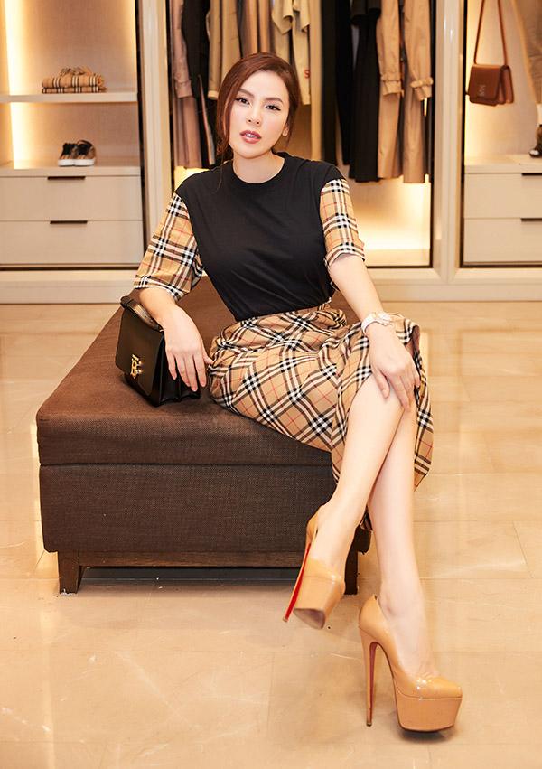 Phương Lê thử các mẫu váy áo của một thương hiệu lừng danh thế giới vừa ra mắt.