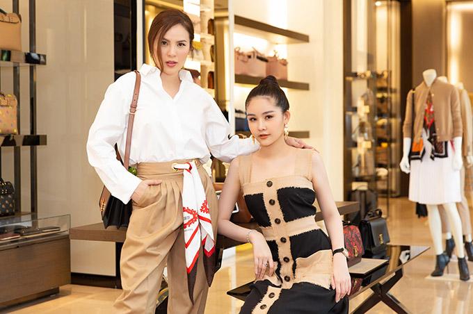 Hai người đẹp đều là những tín đồ hàng hiệu, sở hữu nhiều trang phục, phụ kiện đắt giá.