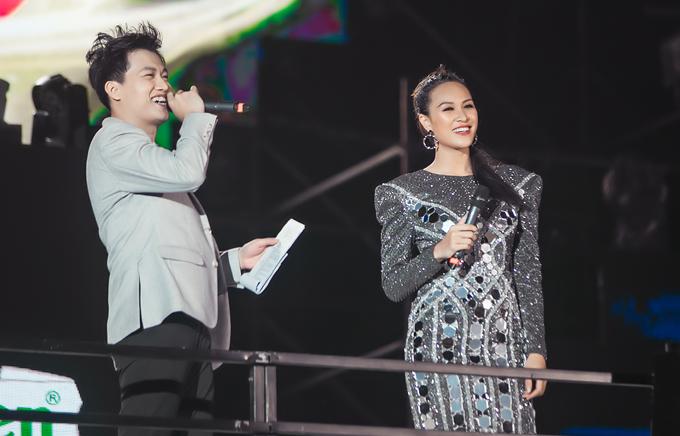 Người đẹp lần đầu làm việc chung với MC Trần Ngọc. Cô khen anh thân thiện, galant và là bạn dẫn ăn ý trên sân khấu.