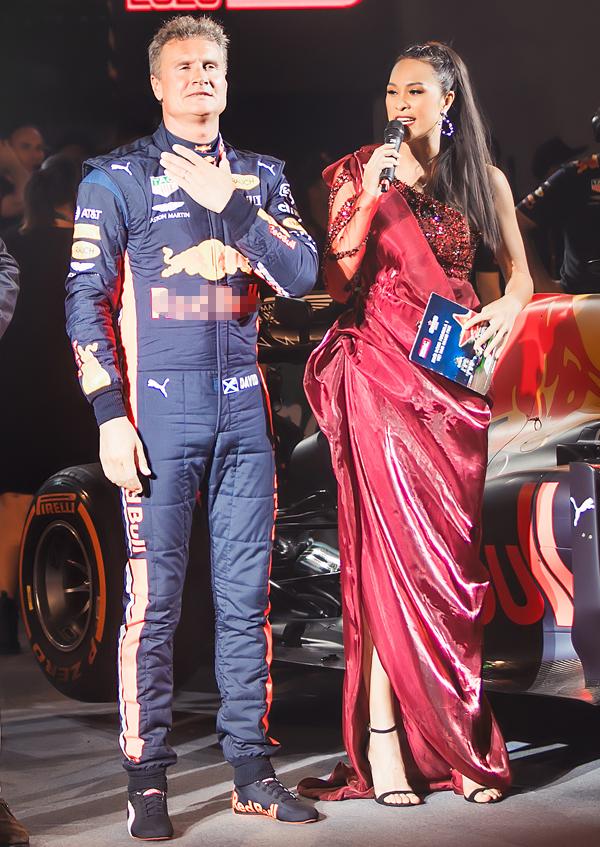 Trong sự kiện, siêu mẫu bày tỏ sự phấn khích bởi được gặp gỡ tay đua lừng danh David Coulthard. Anhtừng khoác áo đội McLaren và hiện tại là đại sứ của F1 đến Việt Nam.