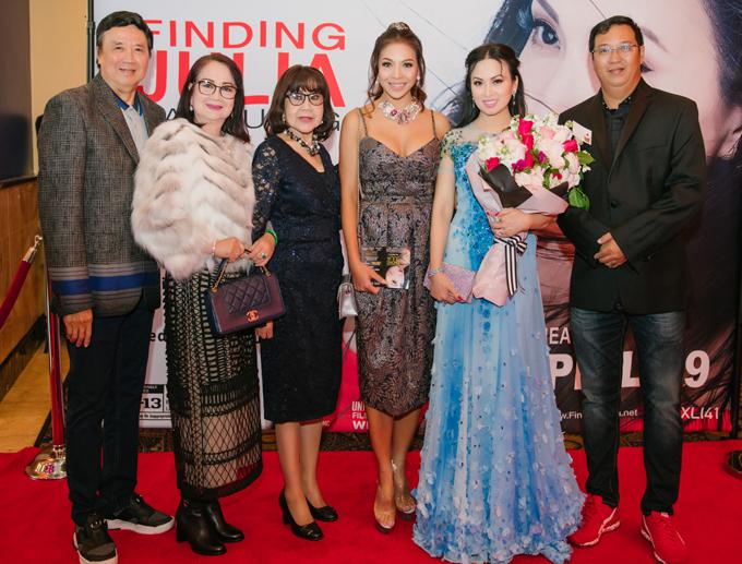 Vợ chồng danh hài Bảo Quốc (ngoài cùng bên trái), diễn viên Hà Linh (ngoài cùng bên phải) và một số nghệ sĩ gốc Việt chụp ảnh cùng Hà Phương trên thảm đỏ buổi ra mắt phim.