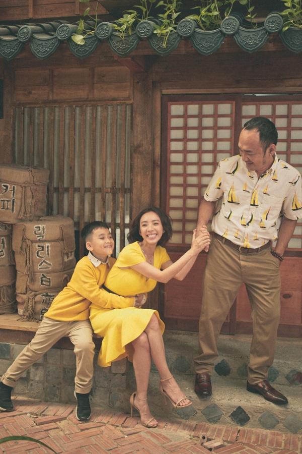 Vợ chồng Thu Trang - Tiến Luật vừa thực hiện bộ ảnh mới cùng con trai Andy.