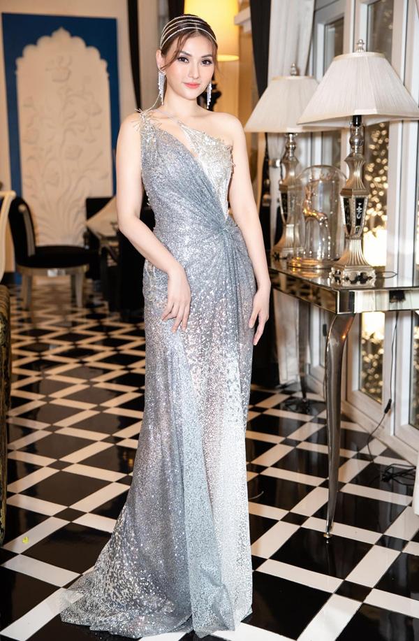 Bên cạnh 8 mỹ nhân khác, Thu Thủy là một trong những nghệ sĩ mặc đẹp nhất buổi tiệc kỷ niệm 15 năm báo Ngoisao.net. Nữ ca sĩ tỏa sáng lộng lẫy với bộ đầm ánh bạc yêu kiều của NTK Lâm Lâm.