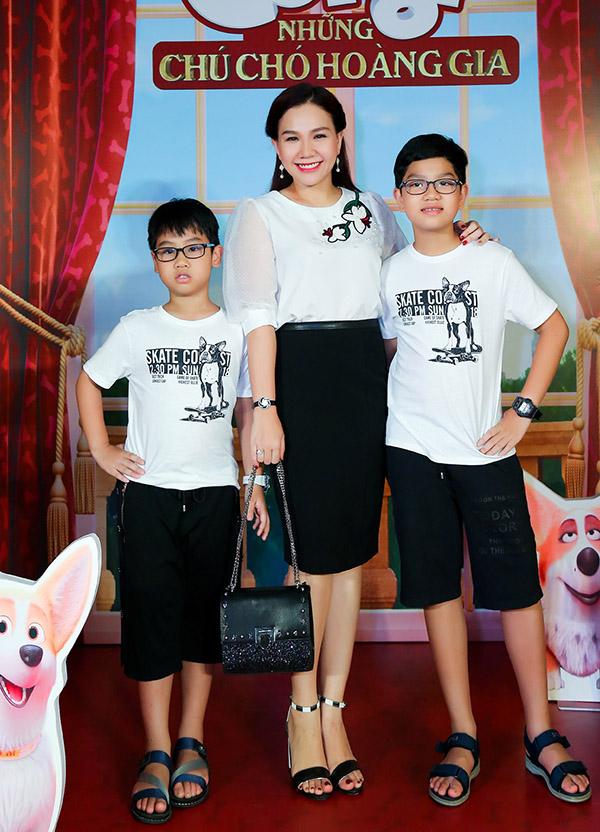 Xuân Hiếu cho hai con trai Vĩnh Khang và Vĩnh Khôi đi xem phim Corgi: Những chú chó hoàng gia. Ba mẹ con trông đồng điệu với trang phục ton-sur-ton đen và trắng.