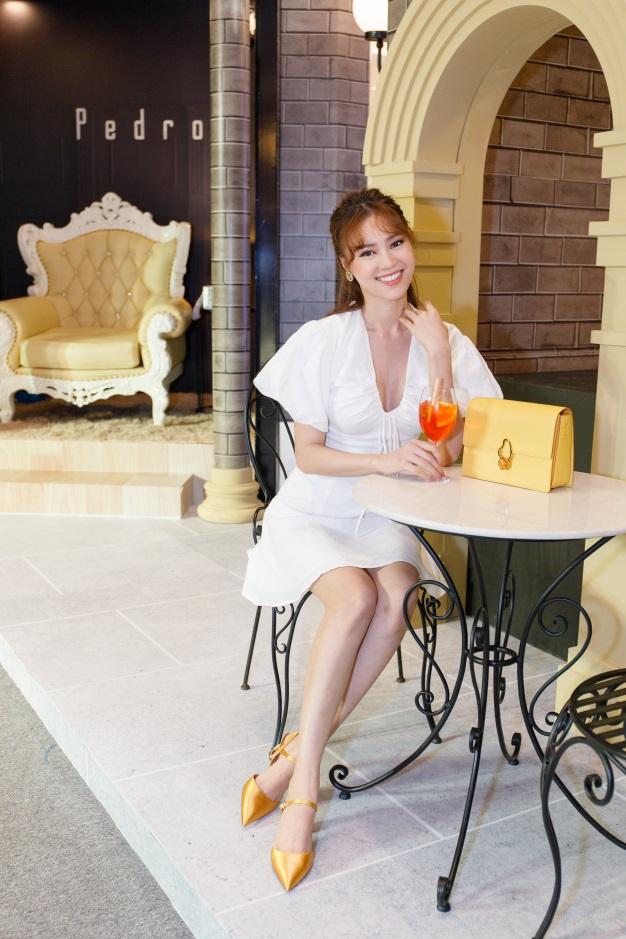 Cô Ba Sài Gòn Ninh Dương Lan Ngọc trở thành tâm điểm khi diện mẫu đầm trắng nhẹ nhàng cùng nụ cười tươi tắn.