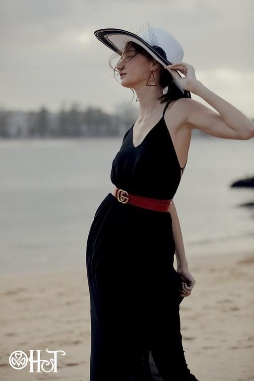 Mẫu thiết kế màu đen quyến rũ, sang trọng với thiết kế đơn giản phía trước váy. Chất liệu mềm mại với màu đen huyền bí càng làm tôn thêmvẻ đẹp lịch sự, trang trọng của một quý cô sang chảnh. Ở bất Phần dây đan phía sau lưng càng tôn lên vẻ đẹp sexy cuốn hút của người phụ nữ.