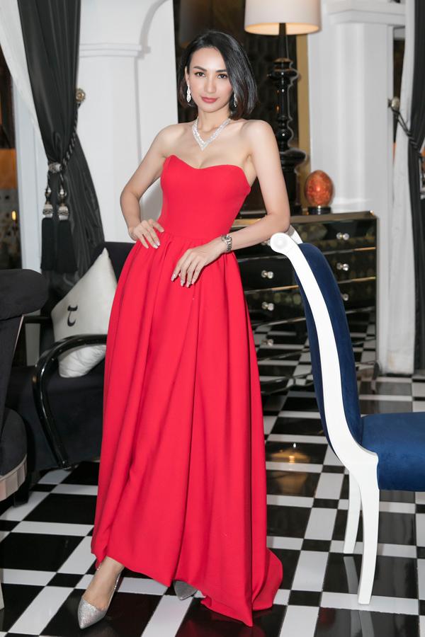 Cũng là khách mời tại sự kiện ý nghĩa này, Hoa hậu Ngọc Diễm chọn mẫu váy đỏ rực do NTK Minh Tú thực hiện để nổi bật giữa rừng sao.