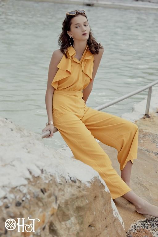 Những bộ jumpsuit dáng rộng đem đến sự mới mẻ về kiểu dáng cho phái đẹp vào tiết trời nóng. Sự kết hợp đa phong cách giữa quần ống rộng (culottes) và áo sơ mi đính bèo tạo nét trẻ trung, năng động và khỏe khoắn. Mùa hè sẽ thêm nét tươi mới và tràn đầy sự sống với tông màu vàng chanh bắt đúng trend năm 2019.
