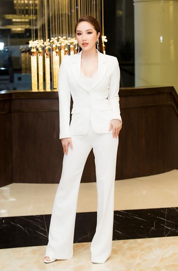Ca sĩ Bảo Thy chọn suit màu trắng tôn lên vẻ cá tính. Người đẹp nỗ lực giảm cân để lấy lại thân hình gợi cảm.