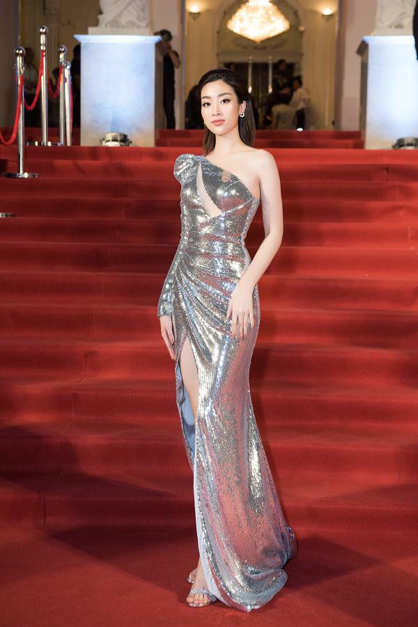 Thiết kế đuôi cá cắt xẻ gợi cảm giúp Hoa hậu Đỗ Mỹ Linh ghi điểm trên thảm đỏ lễ trao giải Cống hiến.