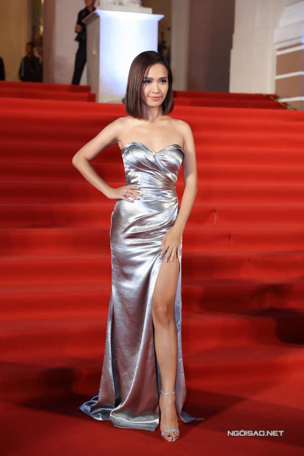 Ca sĩ Ái Phương cũng diện xiêm y ánh bạc, tôn lên thân hình quyến rũ.