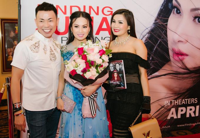 Ca sĩ Hoài Tâm (ngoài cùng bên trái) và nhiều bạn bè, đồng nghiệp ở Mỹ đến ủng hộ em gái Cẩm Ly thử sức với nghệ thuật thứ bảy.