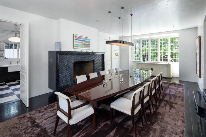 Phòng ăn với lò sưởi và sàn lót đá cẩm thạch có sức chứa đến 20 chỗ ngồi.