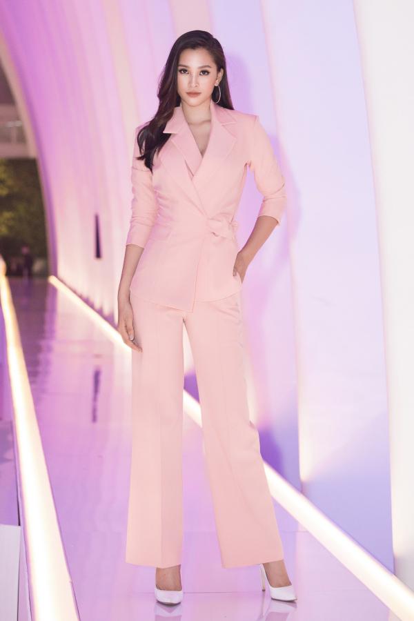 Tạm rời xa những bộ đầm cầu kỳ, Hoa hậu Tiểu Vy gây ấn tượng trong bộ suit thanh lịch.
