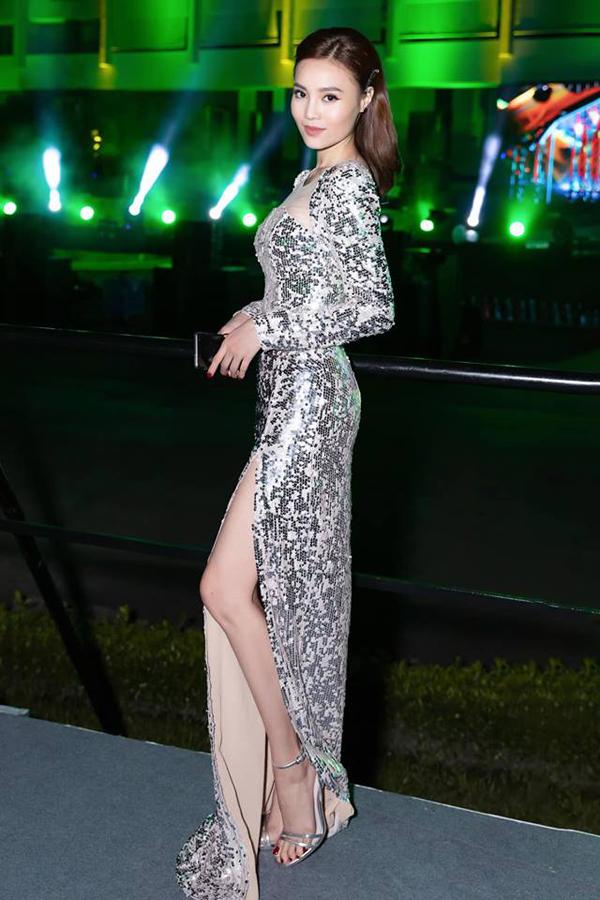 Ninh Dương Lan Ngọc phối sandal cao gót metalic đồng điệu cùng váy xẻ cao được cắt may trên chất liệu sequins bạc - xu hướng thịnh hành ở mùa hè 2019.