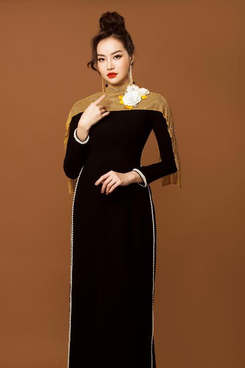 Mẫu áo giữ phom dáng cơ bản của áo dài truyền thống và được làm mới nhờ lớp vải ánh kim phía trên cầu vai và cánh tay.