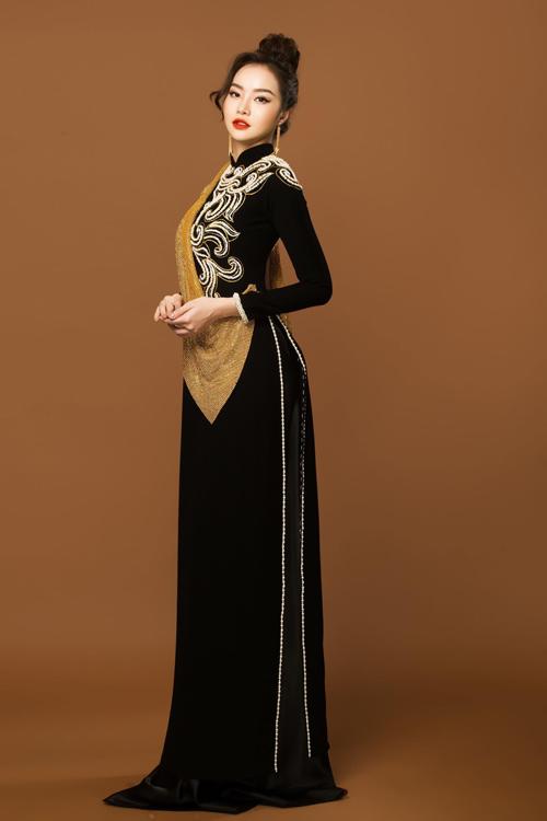 Mảnh vải ánh kim giúp áo dài trở nên cuốn hút hơn.