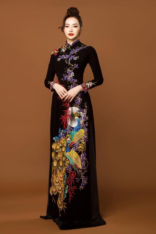 Vẫn là áo dài nền đen nhưng mẫu áo được biến hóa như một tác phẩm nghệ thuật với họa tiết truyền thống là cây trúc, chim công và nhành hoa mang màu sắc sặc sỡ.