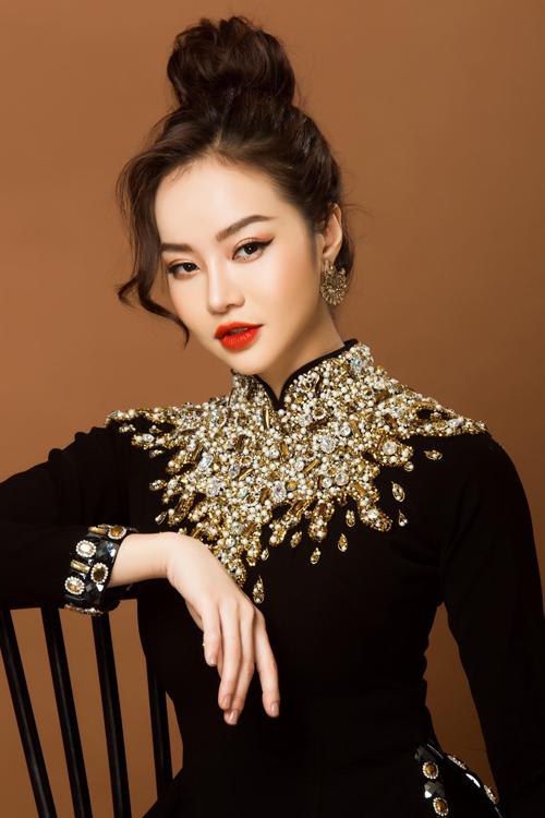Tà áo được đính kết hạt đá ngoại nhập để tạo sự nổi bật, tôn vinh nét đẹp mặn mà, duyên dáng của mẹ cô dâu, chú rể.