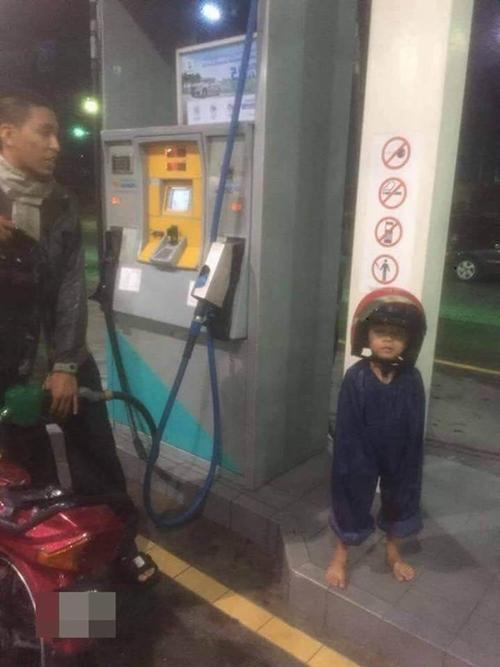 Hình ảnh em bé ở cây xăng mà Khánh An bắt chước.