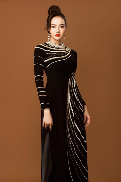 Họa tiết bất đối xứng tạo sự phá cách cho mẫu áo dài, nhằm xóa tan vẻ đơn điệu.