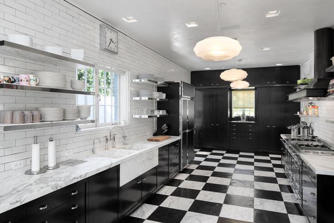 Căn bếp được thiết kế với hai tông màu đen trắng chủ đạo và sàn được lót bằng đá cẩm thạch.